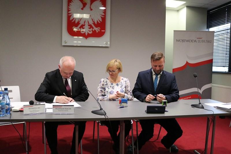Ilustracja do informacji: Burmistrz podpisał umowę na dofinasowanie inwestycji drogowej