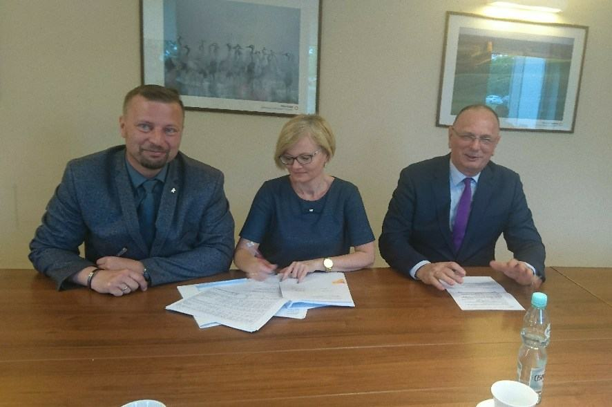 Ilustracja do informacji: Burmistrz podpisał umowę na dofinansowanie budowy placu zabaw i siłowni plenerowej