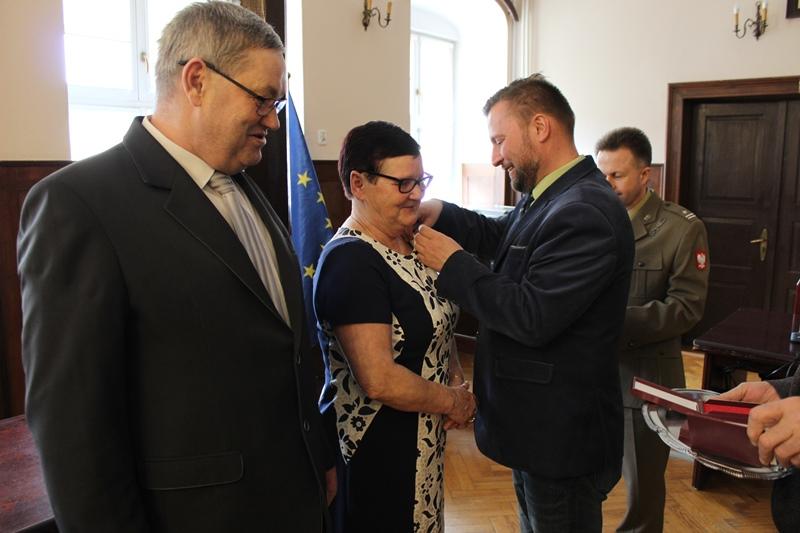 """Ilustracja do informacji: Burmistrz wręczył medale """"Za zasługi dla obronności kraju"""""""