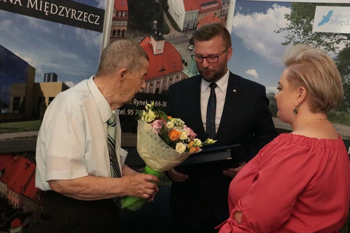 Ilustracja do informacji: Dr Jan Krajniak doceniony za zasługi dla gminy