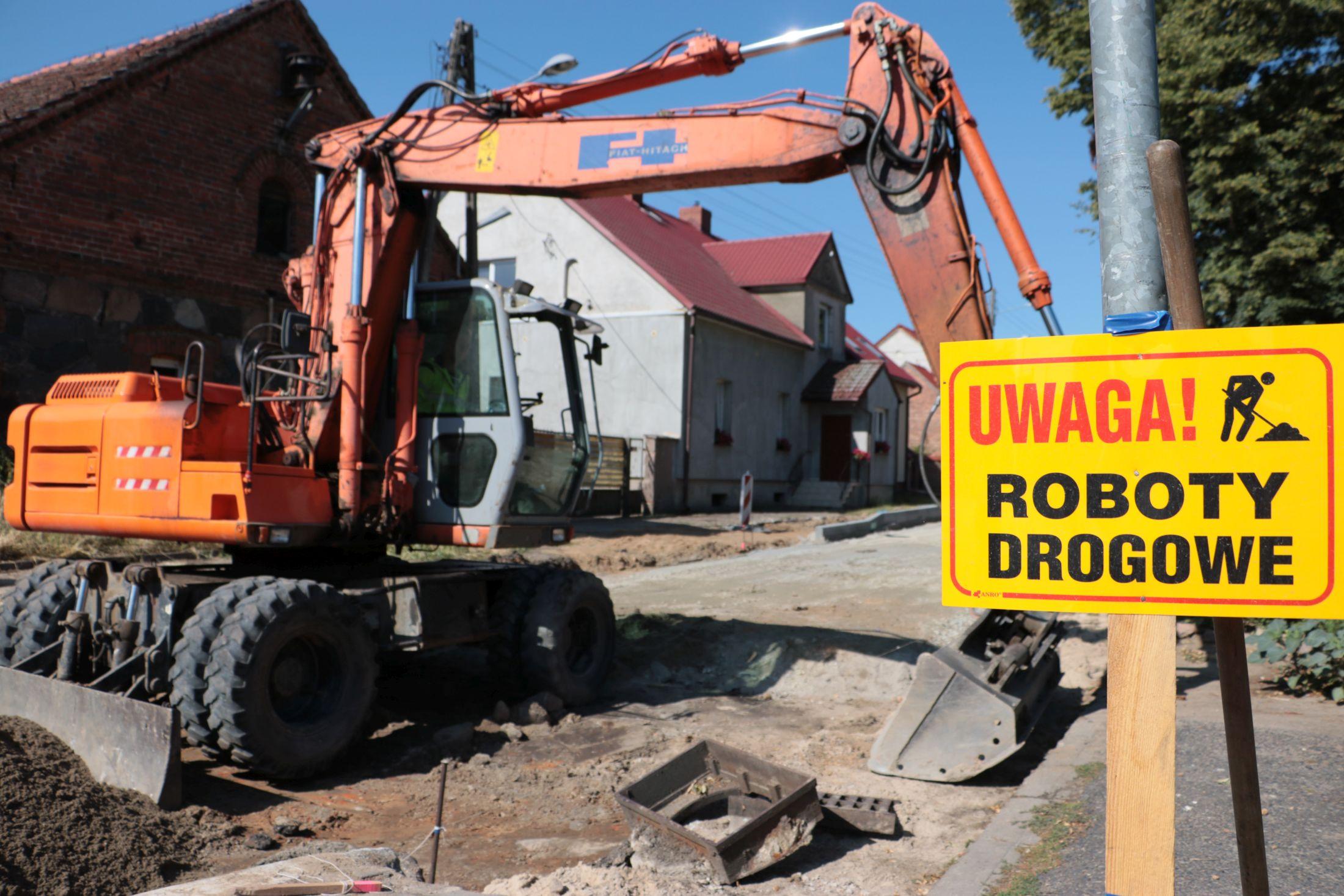 Ilustracja do informacji: Koniec z dziurami i kałużami. Gruntowa droga zostanie utwardzona i wylana asfaltem!