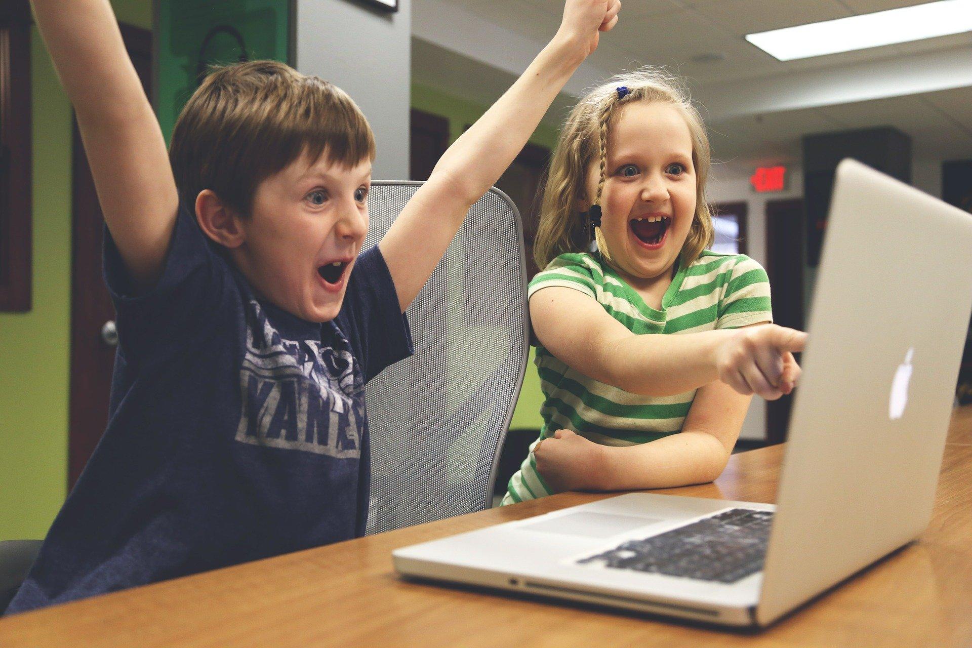 Ilustracja do informacji: Dostaliśmy kolejną dotację na zakup komputerów dla uczniów podstawówek