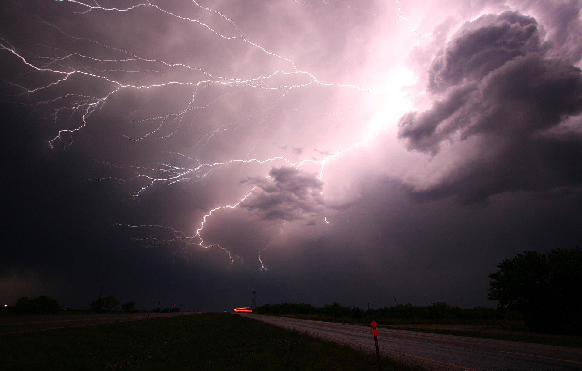 Ilustracja do informacji: Ostrzeżenie przed burzami