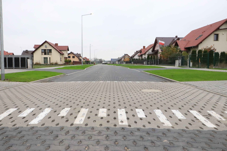 Ilustracja do informacji: Co cieszy mieszkańców osiedla? Nowe drogi i chodniki!