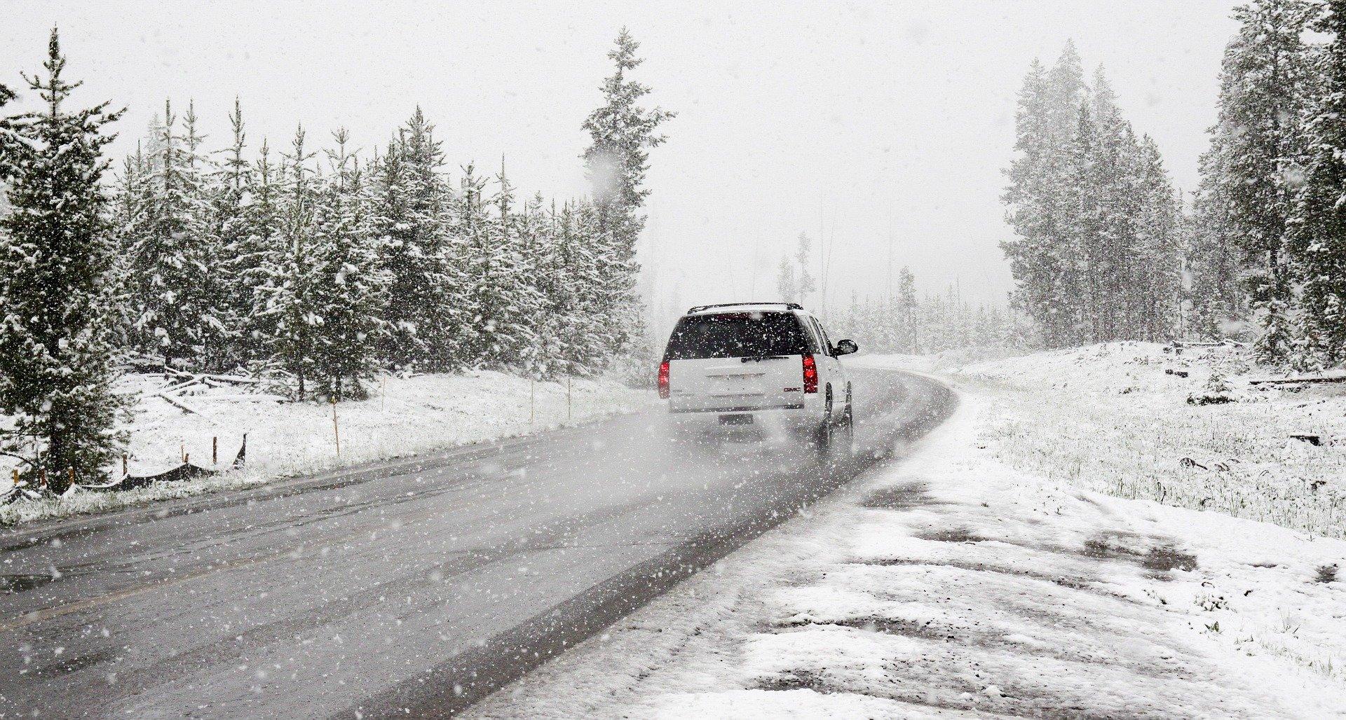 Ilustracja do informacji: Ostrzeżenie przed marznącymi opadami deszczu ze śniegiem: Uwaga: w nocy drogi mogą być śliskie