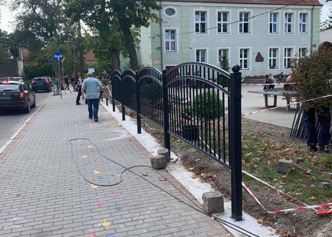 """Ilustracja do informacji: Wokół """"dwójki"""" powstaje nowe ogrodzenie. Dziękujemy rodzicom!"""
